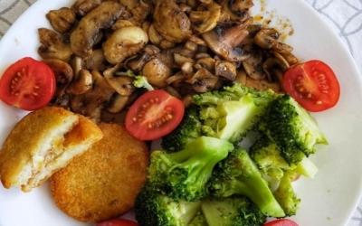 Vegan Cauliflower hash browns with mushrooms and broccoli