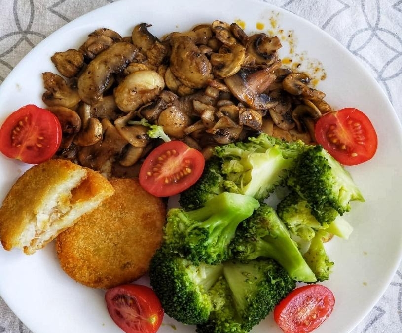 Vegan Cauliflower hash browns with mushrooms and broccoli